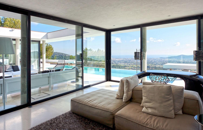 Sala de estar de lujosa villa con maravillosas vistas en alquiler en Ibiza