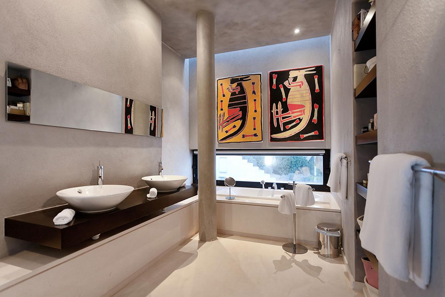Baño con bañera de lujosa villa con maravillosas vistas en alquiler en Ibiza