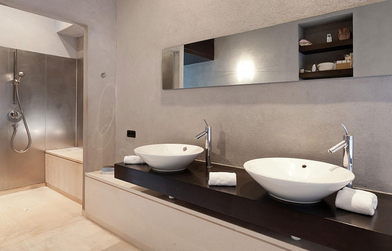 Baño con ducha de lujosa villa con maravillosas vistas en alquiler en Ibiza