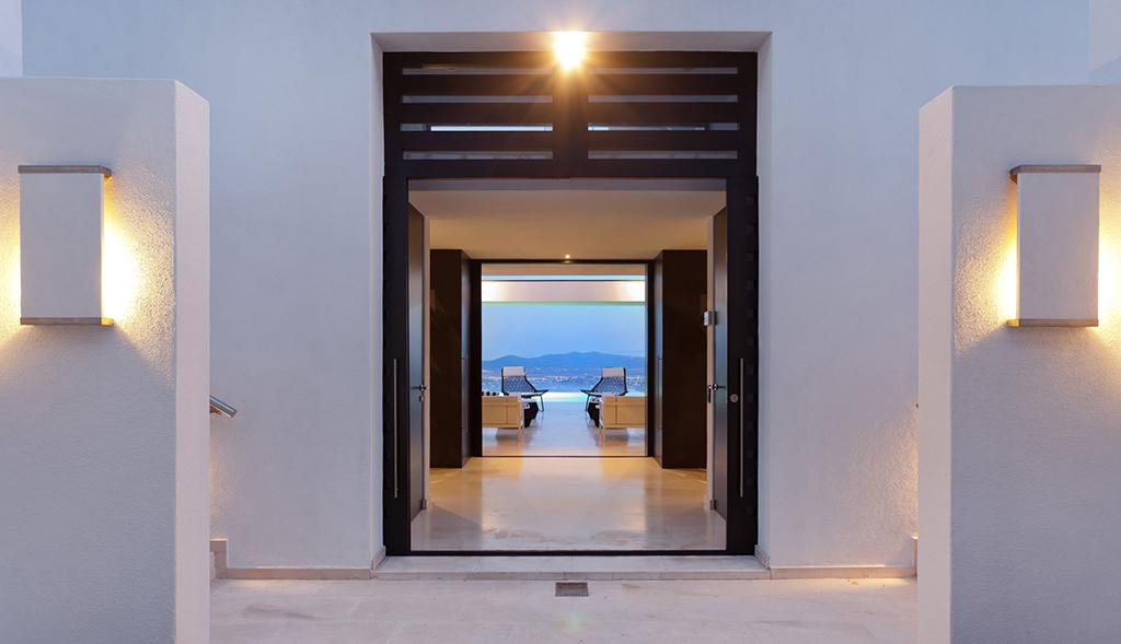 Entrada de lujosa villa con maravillosas vistas en alquiler en Ibiza