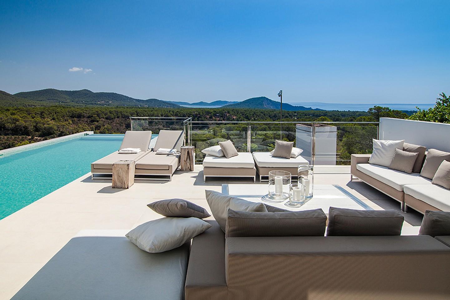 Exteriors amb vistes d'una impressionant vila de luxe en lloguer a Es Cubells, Eivissa