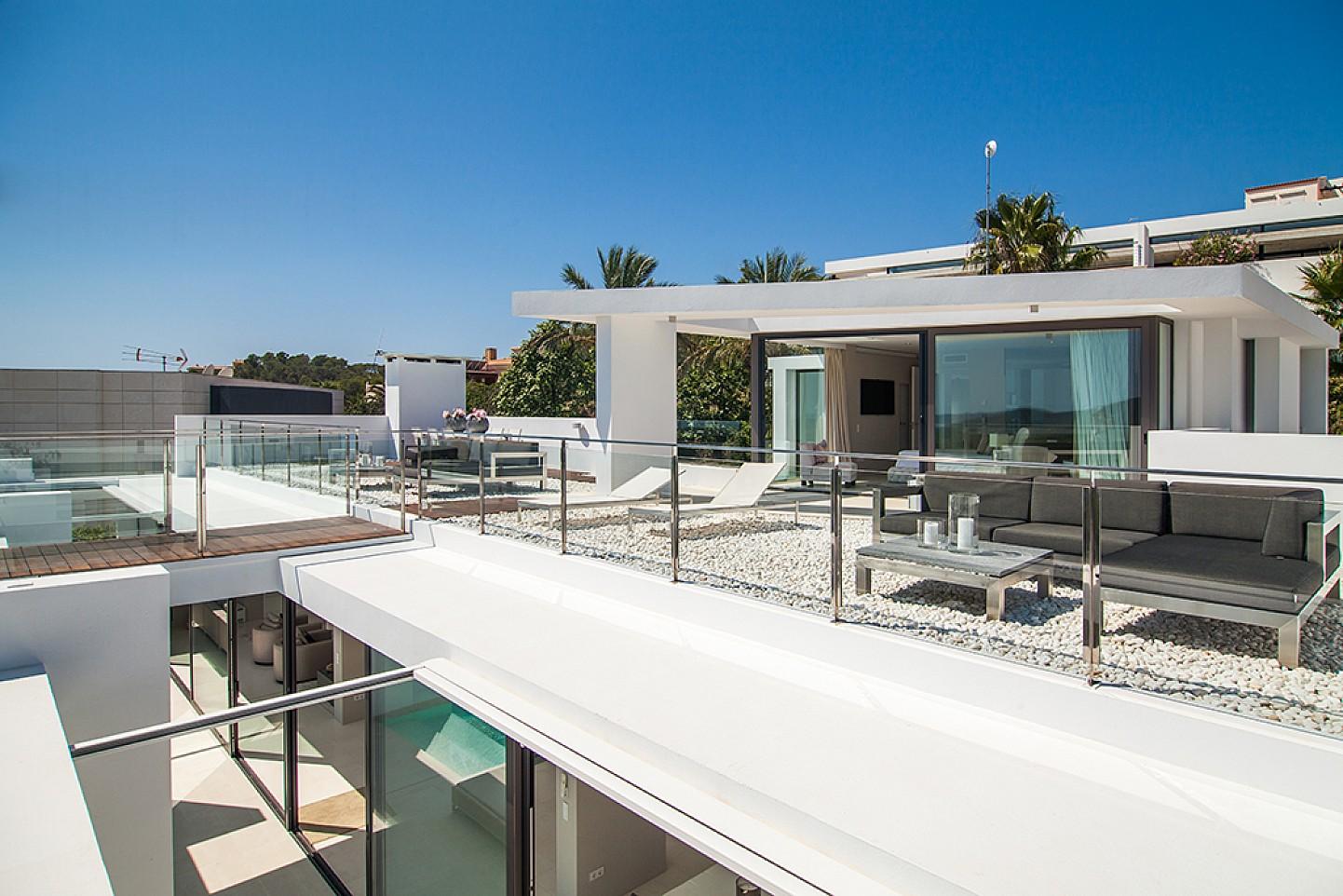Terrassa d'una impressionant vila de luxe en lloguer a Es Cubells, Eivissa