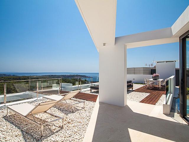 Terraza de una impresionante villa de lujo en alquiler en Es Cubells, Ibiza