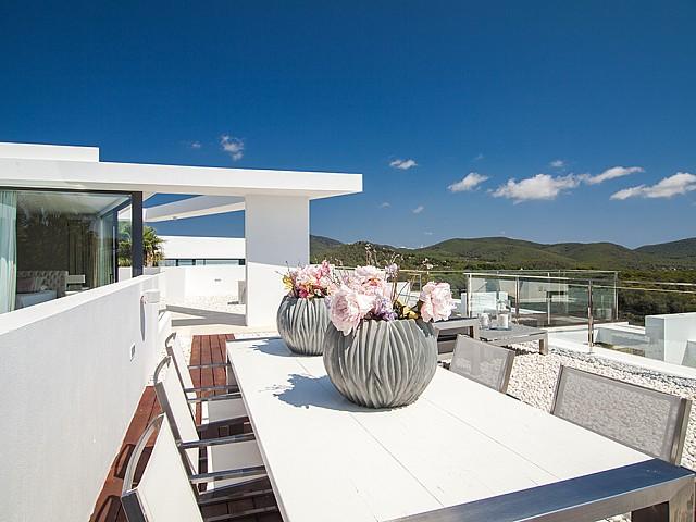 Terraza con comedor de una impresionante villa de lujo en alquiler en Es Cubells, Ibiza