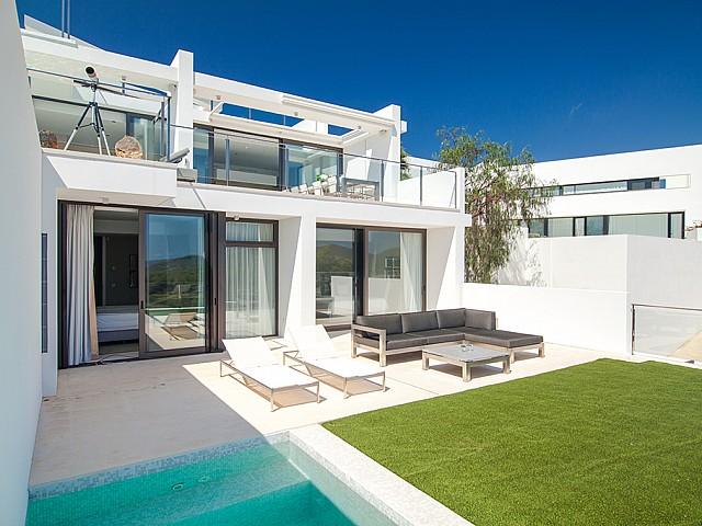Hamaques d'una impressionant vila de luxe en lloguer a Es Cubells, Eivissa