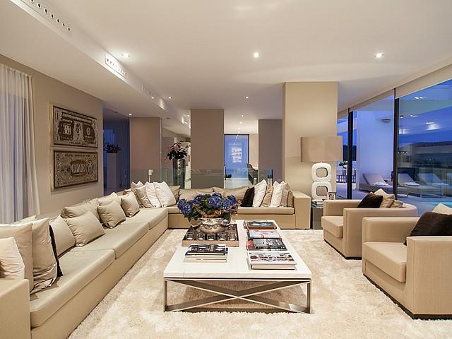 Saló d'una impressionant vila de luxe en lloguer a Es Cubells, Eivissa