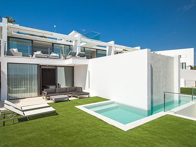 Exteriors amb piscina i hamaques d'una impressionant vila de luxe en lloguer a Es Cubells, Eivissa