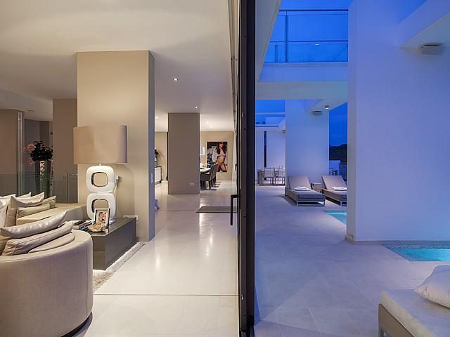 Salón y parte de la piscina de una impresionante villa de lujo en alquiler en Es Cubells, Ibiza