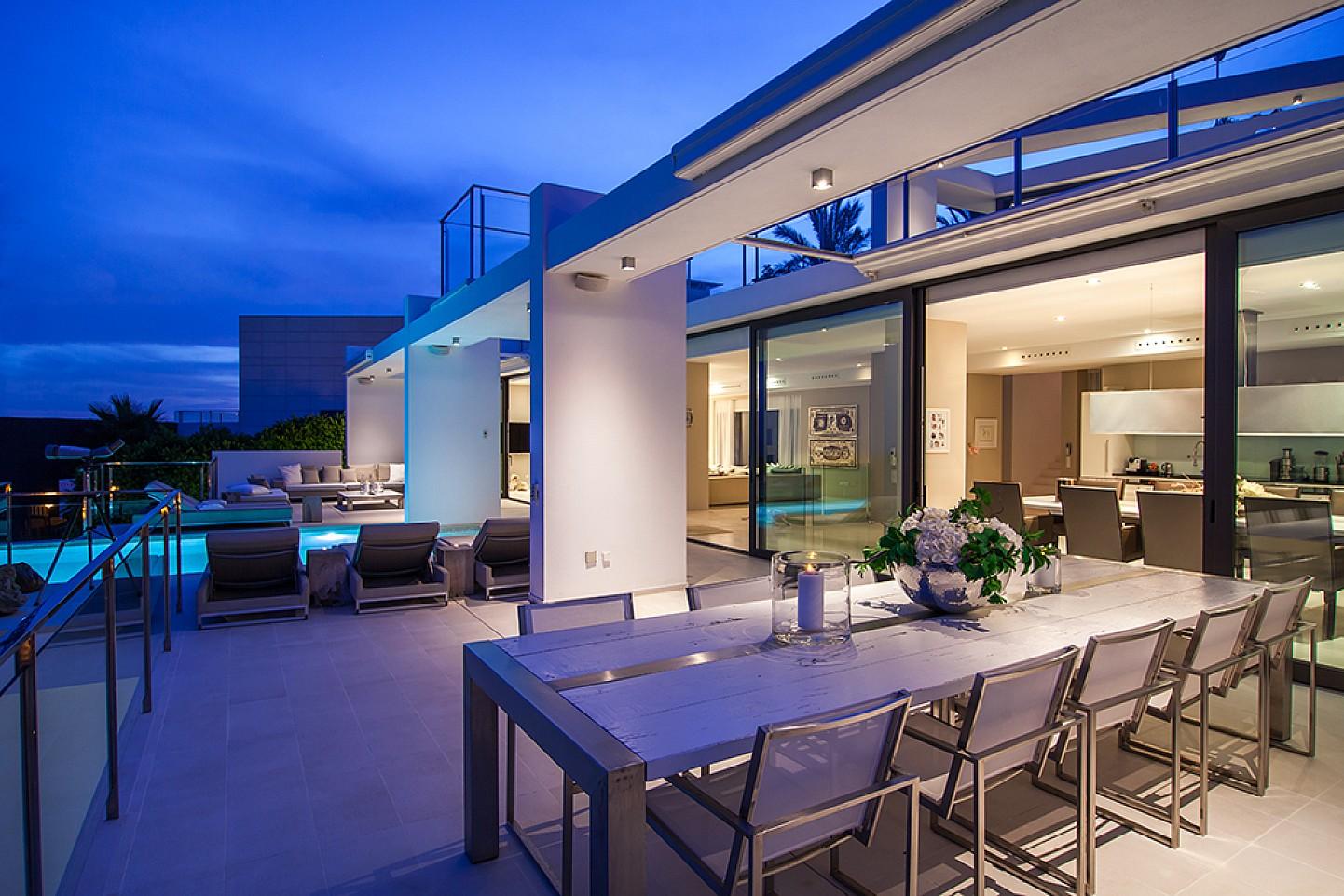 Terrasse mit Blick in den Wohnzimmerbereich