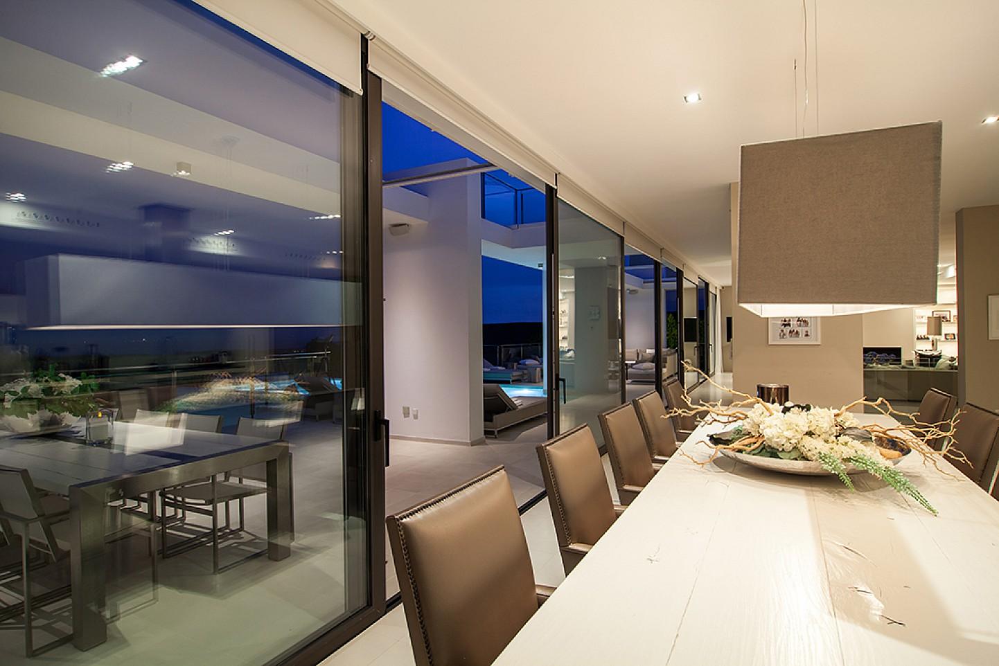 Essbereich im Wohnzimmer und Terrasse