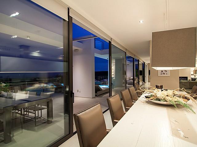 Menjador interior d'una impressionant vila de luxe en lloguer a Es Cubells, Eivissa