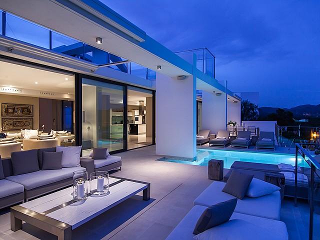 Part de la piscina i zona de relax exterior d'una impressionant vila de luxe en lloguer a Es Cubells, Eivissa