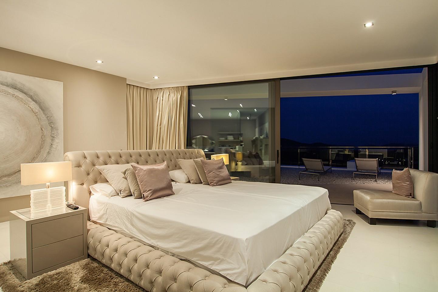 habitacio amb vistes a la apiscina en villa de luxe a Eivissa