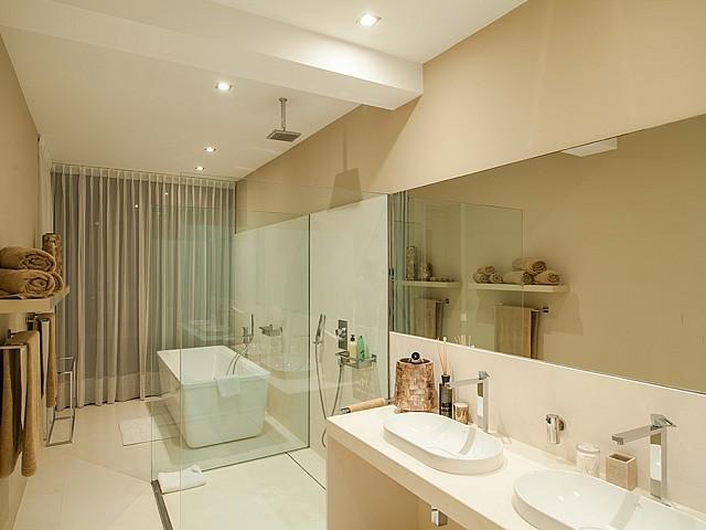 bany amb banyera i dutxa de luxe en villa a Eivissa