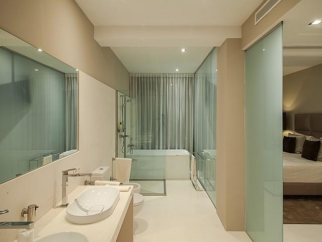 Bany amb banyera d'una impressionant vila de luxe en lloguer a Es Cubells, Eivissa