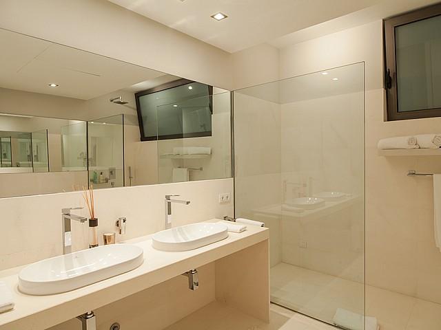 Bany amb doble lavabo d'una impressionant vila de luxe en lloguer a Es Cubells, Eivissa