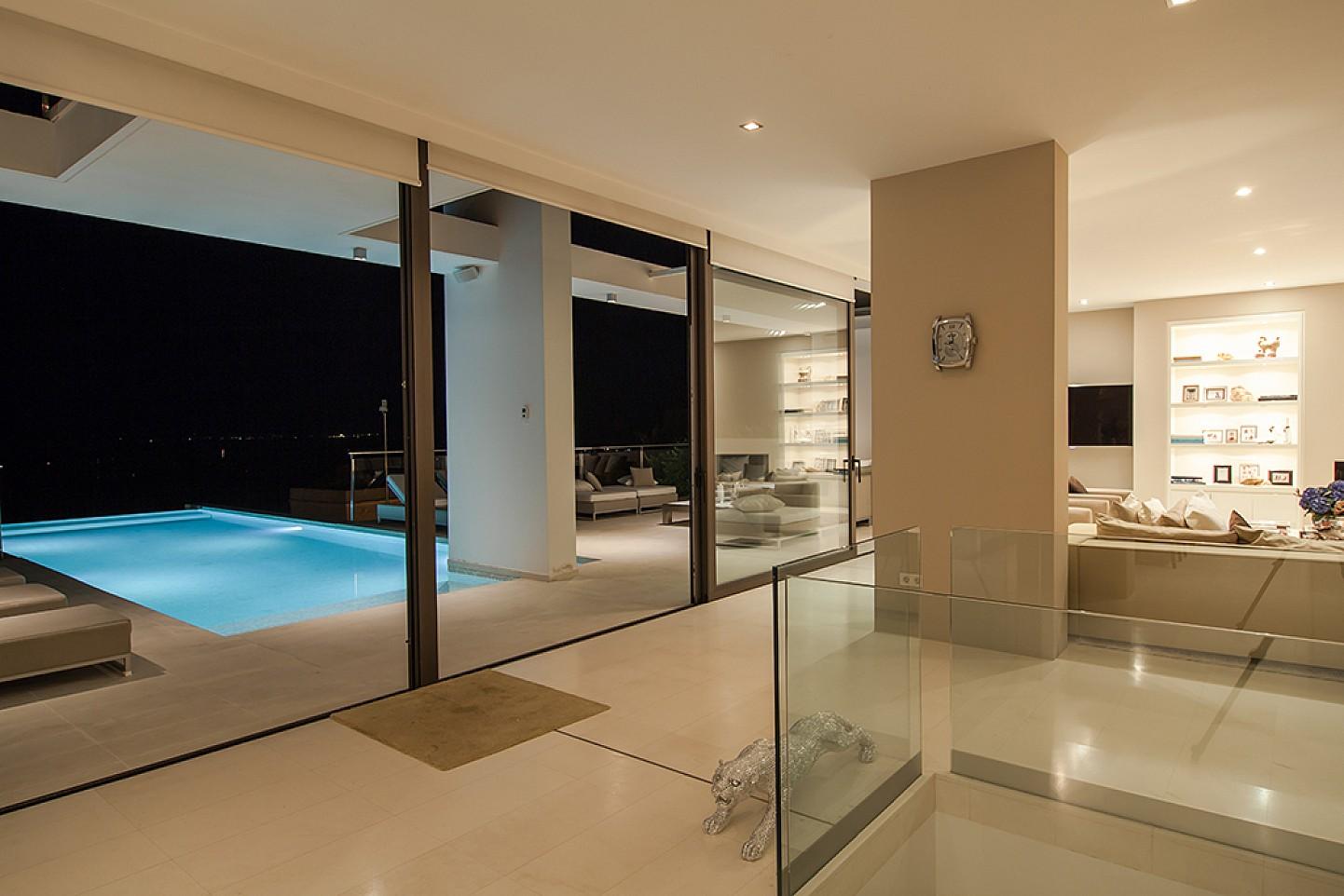 Wohnzimmerbereich mit Zugang zur offenen Terrasse