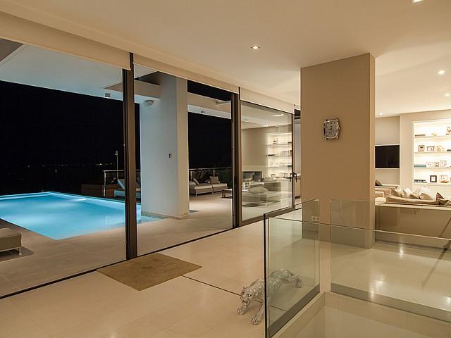 Accés a la piscina d'una impressionant vila de luxe en lloguer a Es Cubells, Eivissa