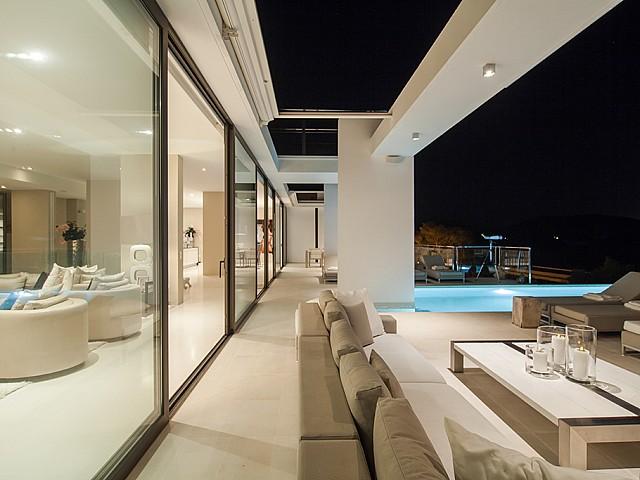 Zona de relax exterior i part de la piscina d'una impressionant vila de luxe en lloguer a Es Cubells, Eivissa