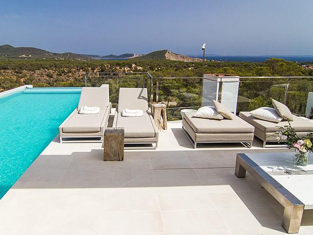 Piscina amb hamaquesd'una impressionant vila de luxe en lloguer a Es Cubells, Eivissa