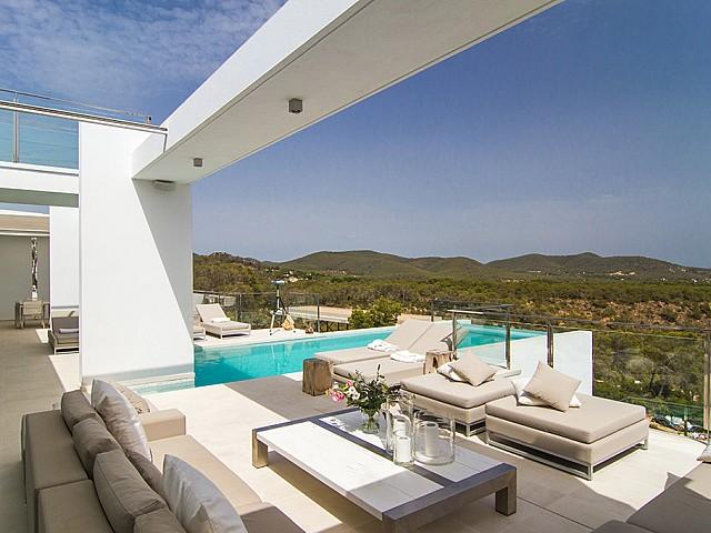 hamacas en terraza de villa de lujo en Ibiza