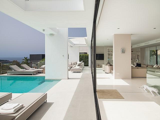Wohnzimmerbereich mit Pool