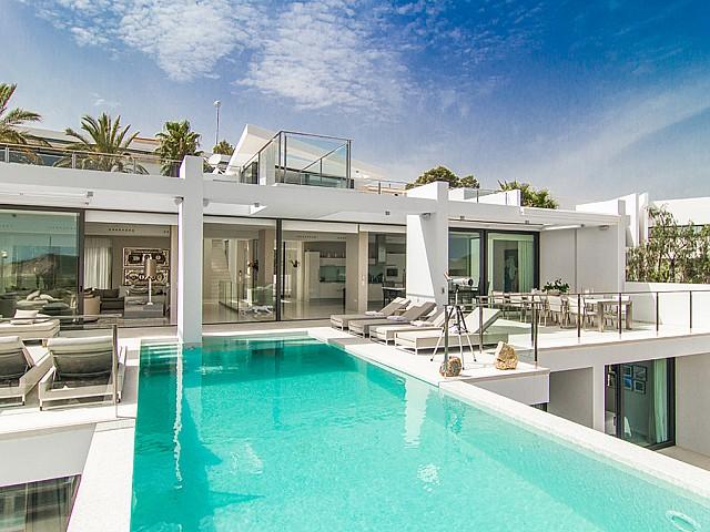 Pool, Terrasse und Wohn-Esszimmer