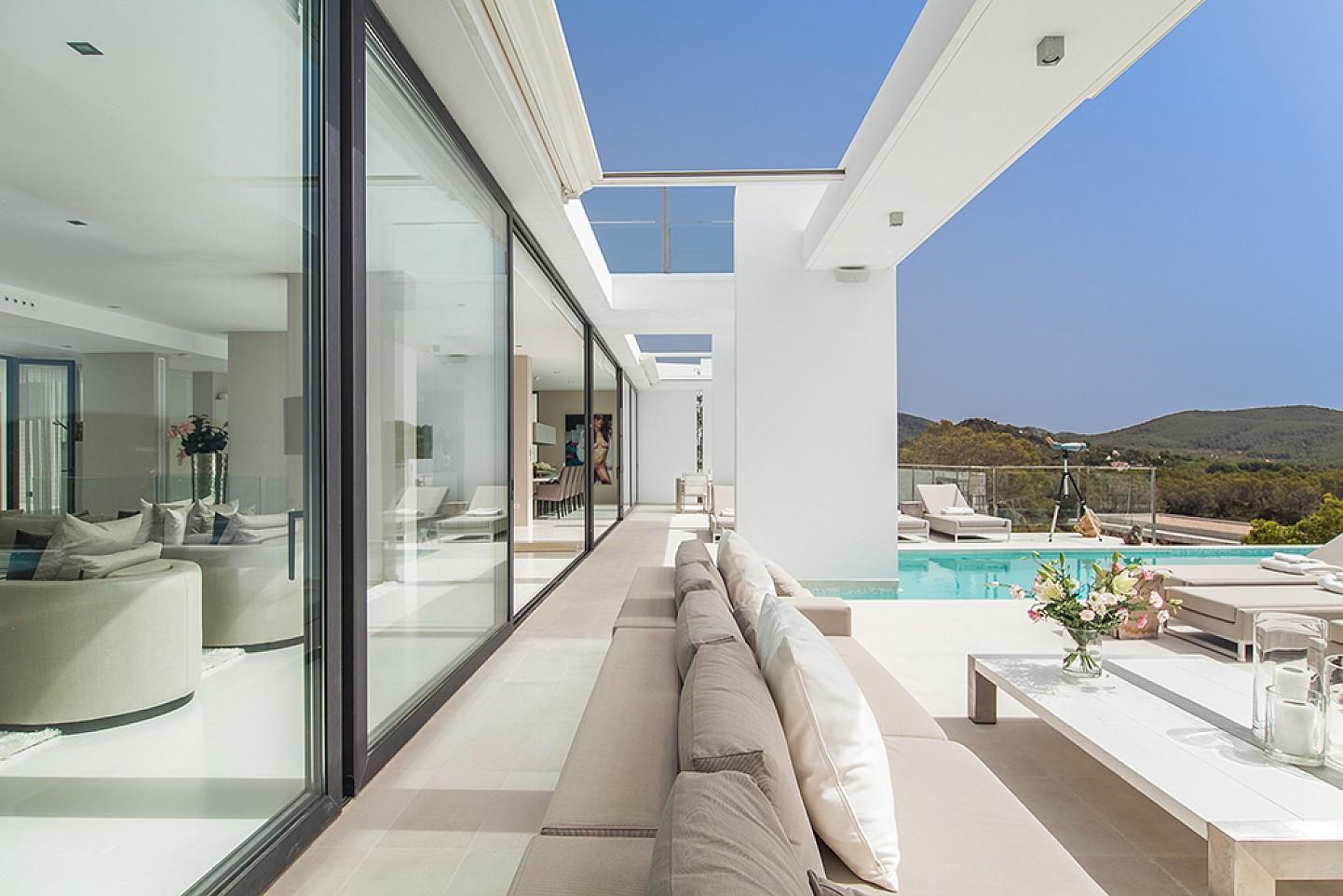 Terrasse und Wohnzimmerbereich