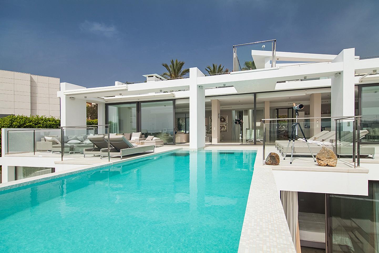 Piscina d'una impressionant vila de luxe en lloguer a Es Cubells, Eivissa