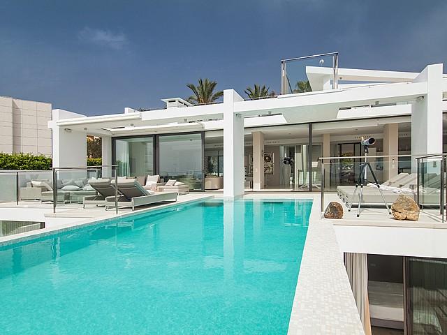 Piscina de una impresionante villa de lujo en alquiler en Es Cubells, Ibiza
