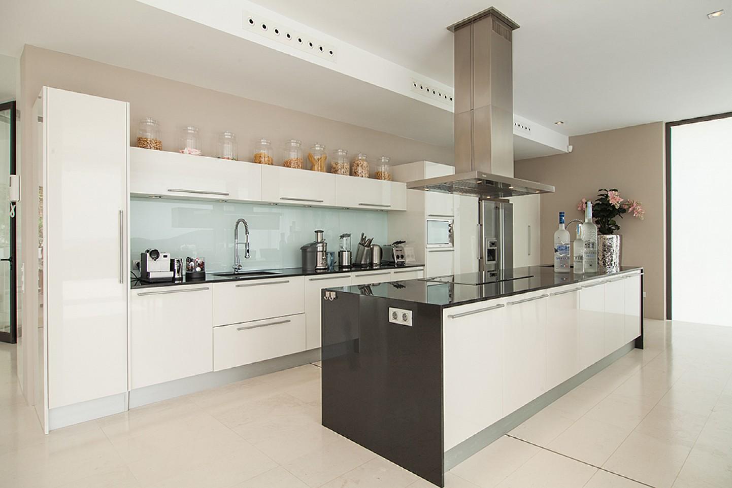 Offene voll ausgestattete Küche