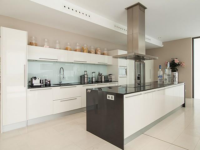 vista de cocina de lujo abierta al salón comedor en villa de lujo en Es Cubells, Ibiza