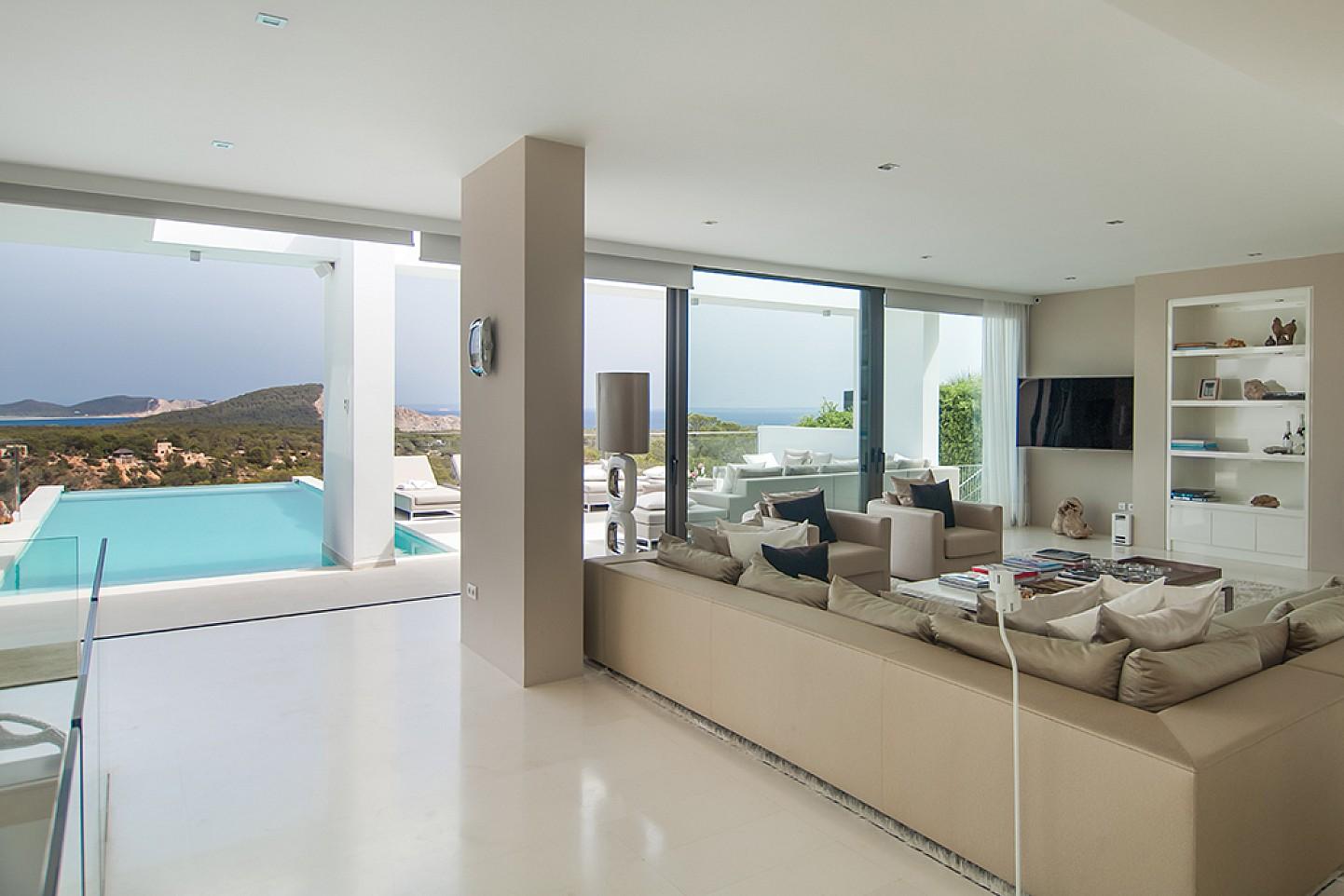Saló i piscina d'una impressionant vila de luxe en lloguer a Es Cubells, Eivissa