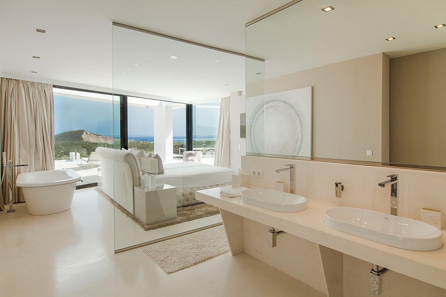 Badezimmer mit Schlafzimmer mit Jacuzzi