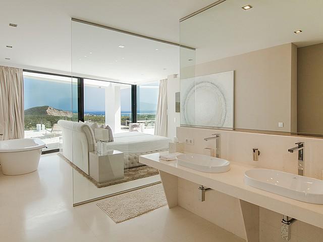 Doble lavabo i banyera d'una suite d'una impressionant vila de luxe en lloguer a Es Cubells, Eivissa