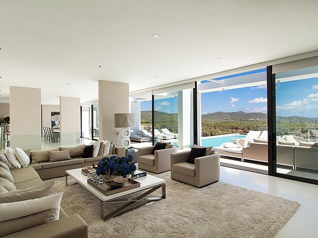 Saló amb accés a la piscina d'una impressionant vila de luxe en lloguer a Es Cubells, Eivissa