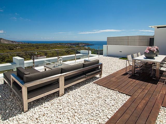 Terraza con zona de estar de una impresionante villa de lujo en alquiler en Es Cubells, Ibiza