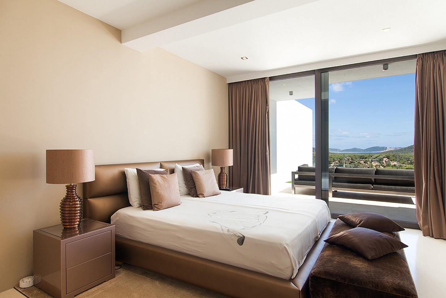 dormitorio en suite en villa de lujo en ibiza