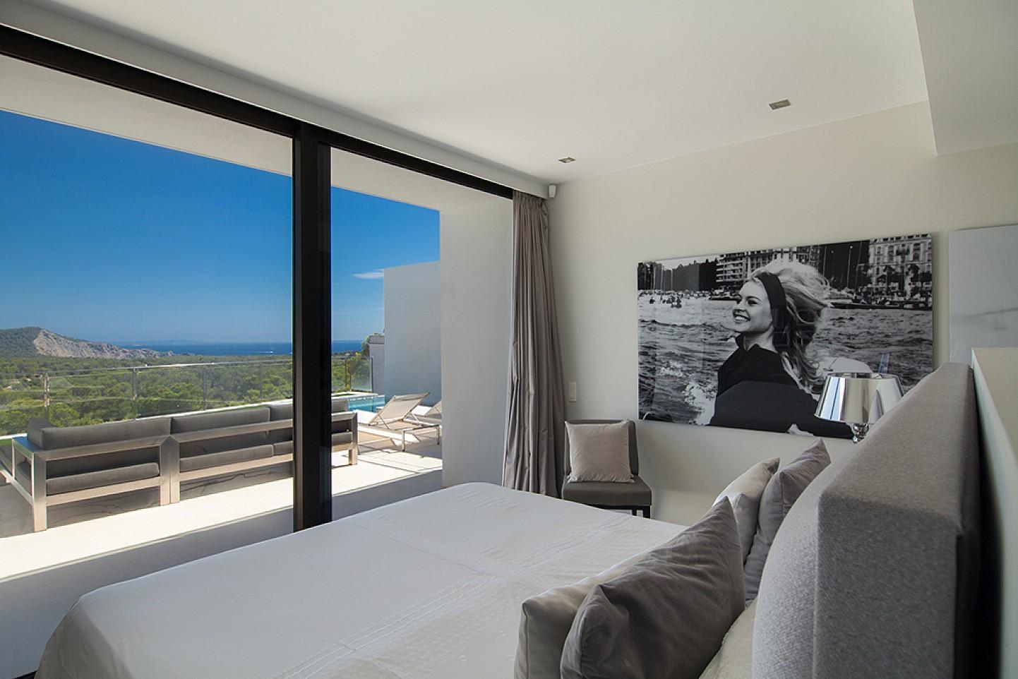 Dormitorio con salida al exterior de una impresionante villa de lujo en alquiler en Es Cubells, Ibiza
