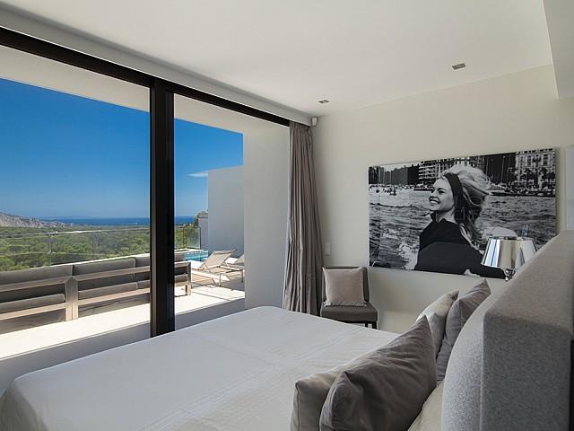 Dormitori amb sortida a l'exterior d'una impressionant vila de luxe en lloguer a Es Cubells, Eivissa