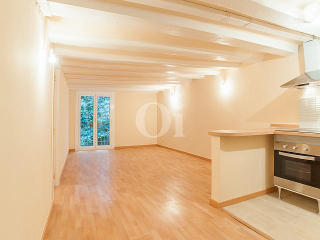 vista de salón comedor con cocina integrada en piso en venta en el Raval