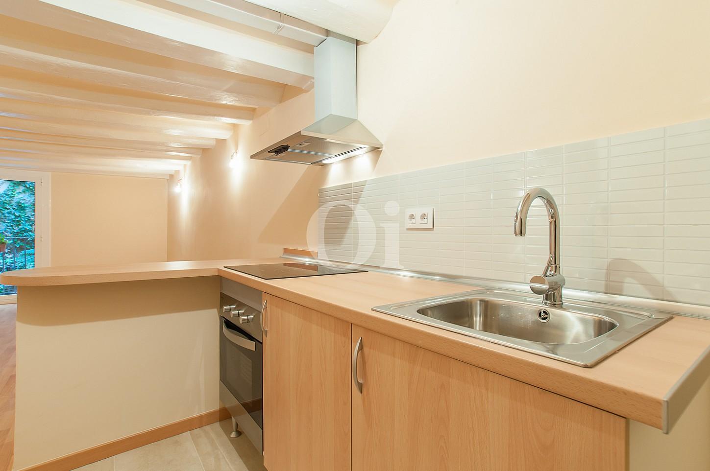 vista de cocina  equipada en apartamemento en venta en el raval