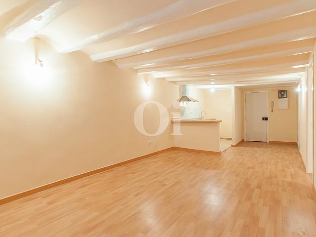 vista de salón con suelos deparquet en apartamento reformado en venta en el Raval