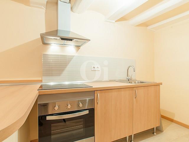 vista de cocina nueva en apartamento en venta en el barrio del Raval en barcelona