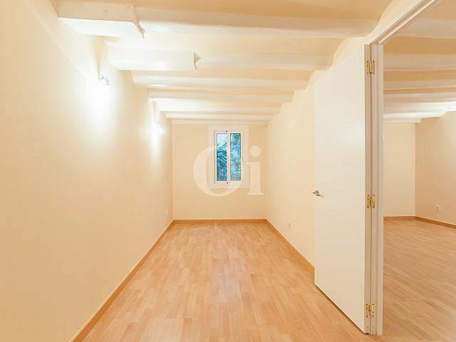 vista de habitación con vigas de madera en piso reformado en venta en el Raval