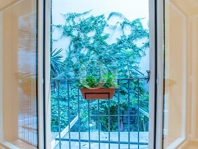 vista de balcón con bonitas vistas en piso en venta en el raval de barcelona