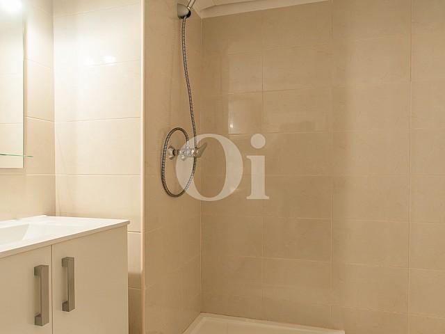 vista de baño completo con plato de ducha en apartamento en venta en el Raval