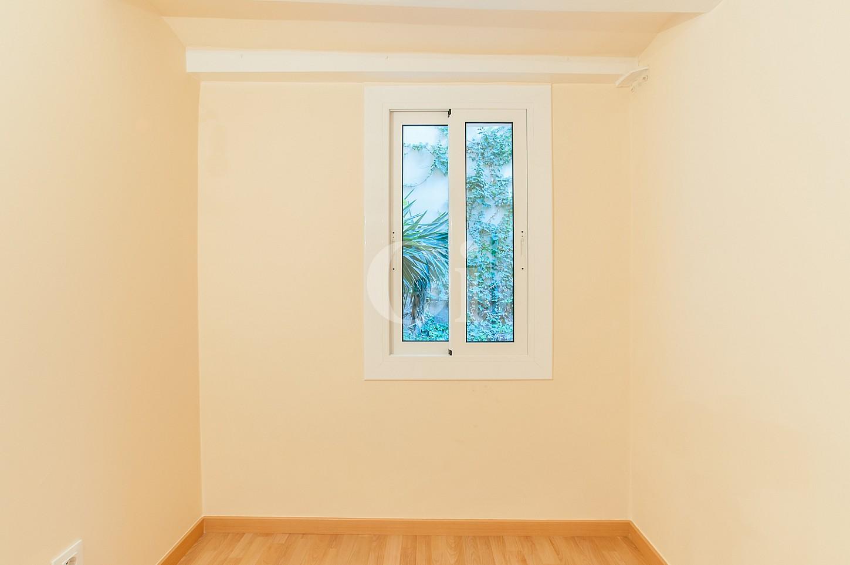 vista de habitación con carpinterías exteriores nuevas en piso en venta en el Raval