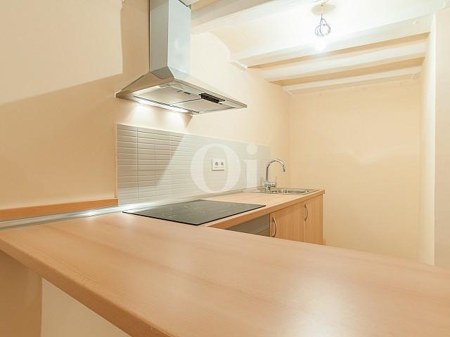 vista de cocina con encimeras d madera en piso renovado en venta en el centro de Barelona