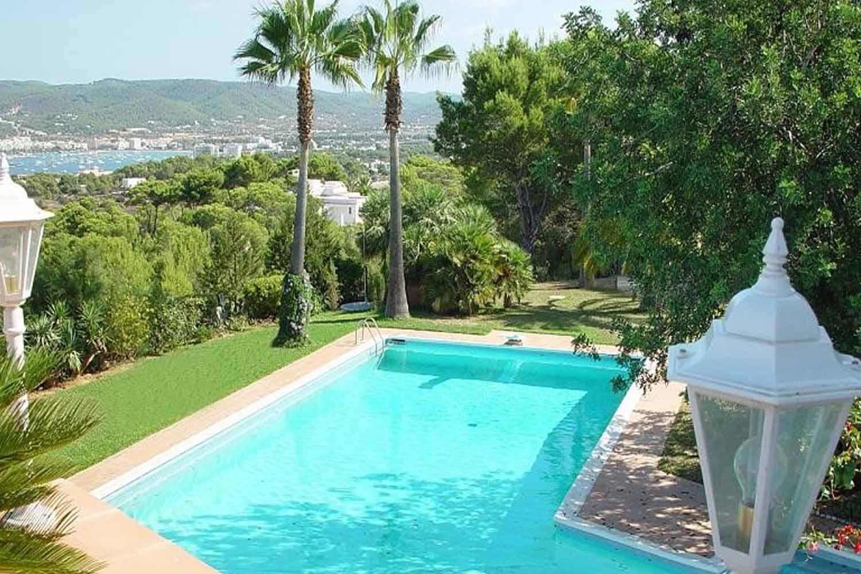 Blick auf den Pool von einer Terrasse aus